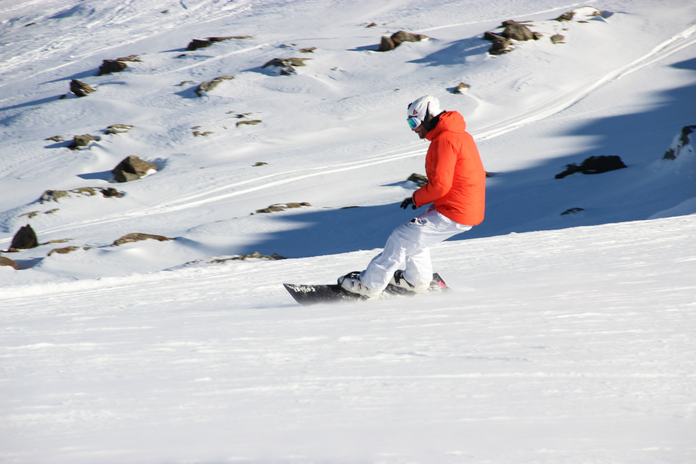 homme en snowboard