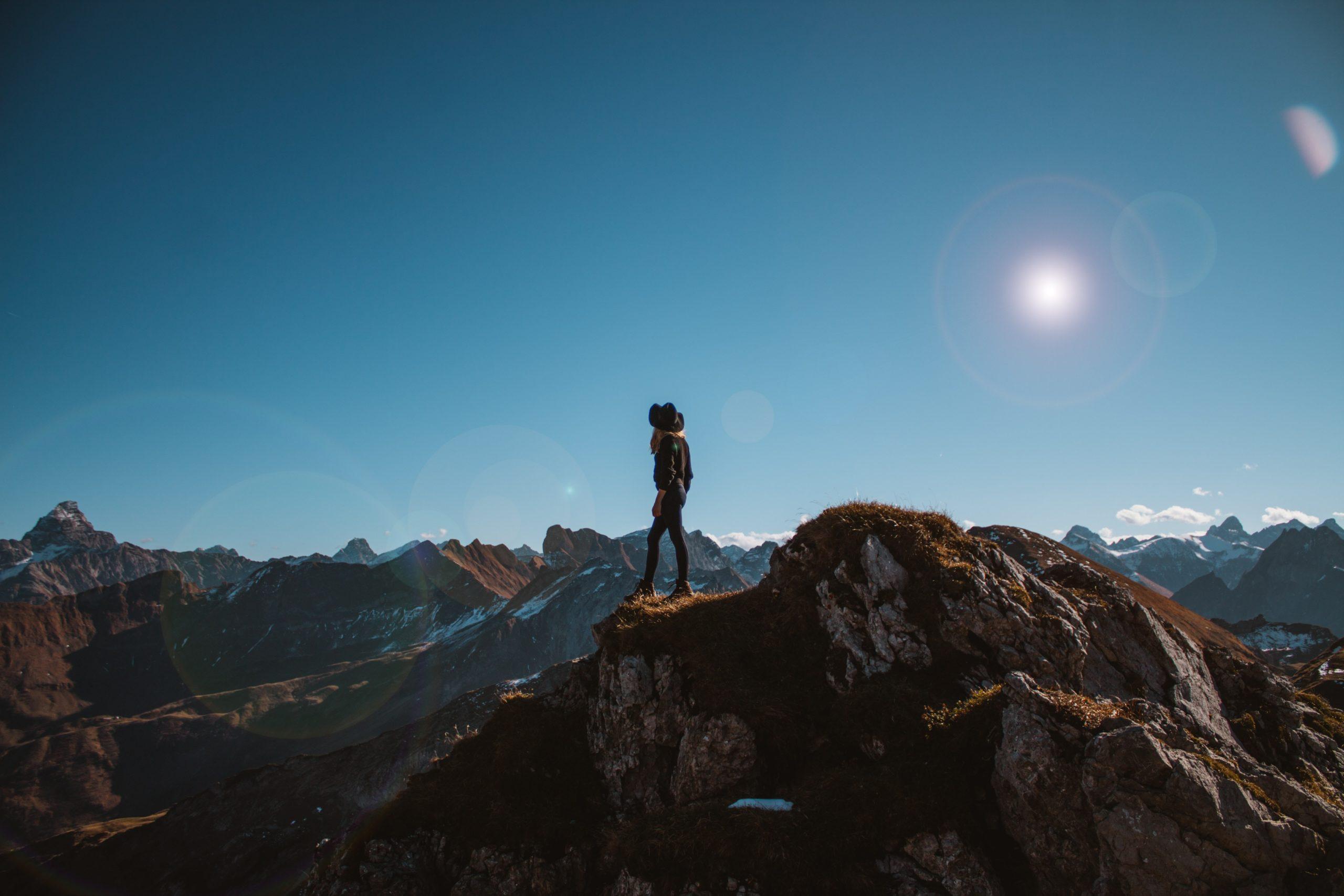 femme au sommet d'une montagne